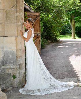 BONBON robe de mariée bohème entièrement en dentelle de Calais.